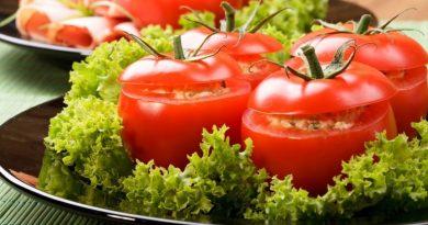 Помидоры, фаршированные мясным салатом.