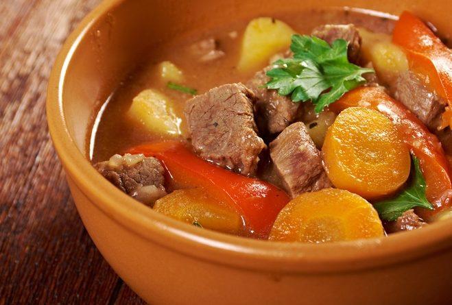 Мясо с овощами, тушеное со сметаной