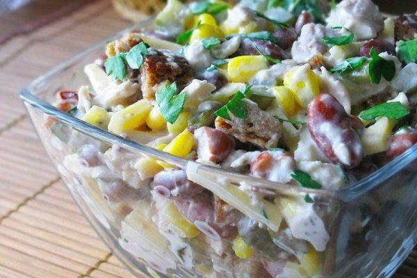 Салат с кириешками, красной фасолью и кукурузой