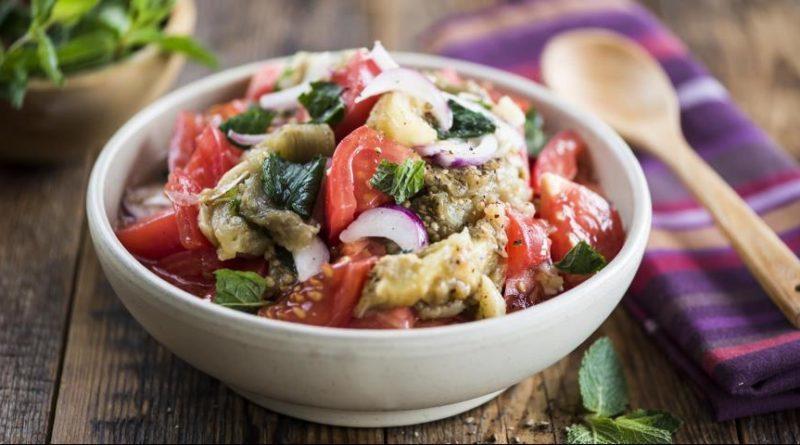 Салат из печеных баклажанов и свежих помидор