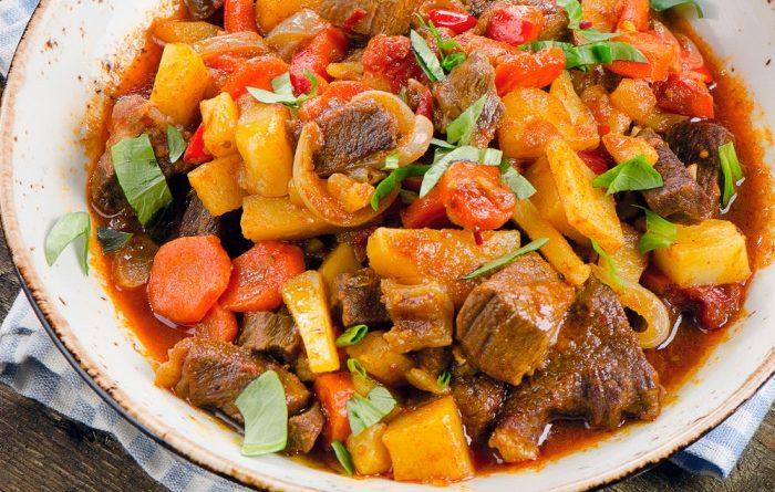 Тушеная говядина с картофелем и томатами
