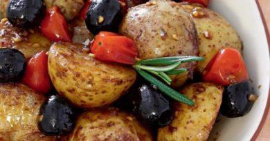 Теплый картофельный салат с оливками и помидорами черри
