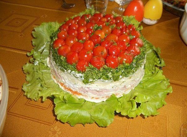 Салат из ветчины с черносливом под помидорной шапкой