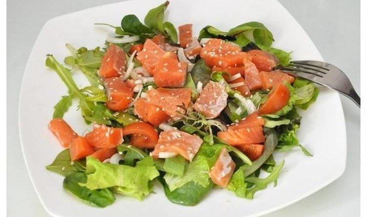 Низкокалорийный салат с семгой