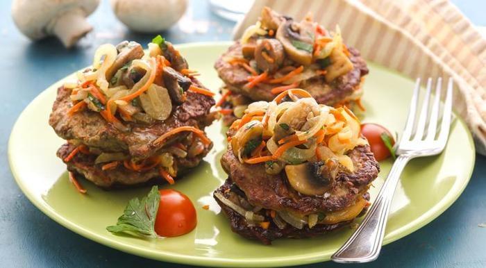 Печеночные оладья с грибами, луком и морковью