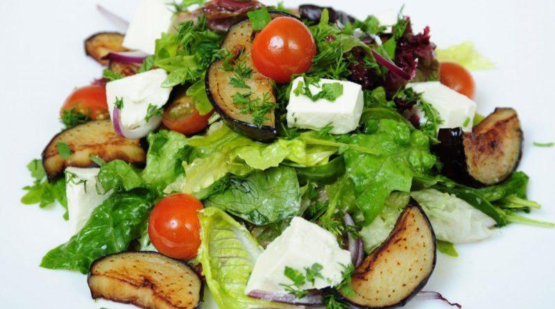 Салат из баклажанов с руколой и сыром фета