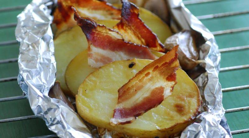 Картофель с беконом и чесноком в фольге