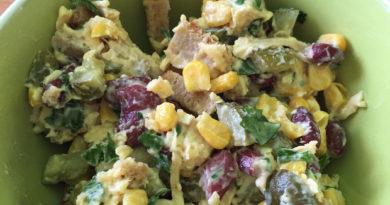 Лёгкий салат с курицей, фасолью и сыром.