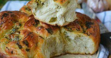 Пирог с сыром, зеленью и чесноком