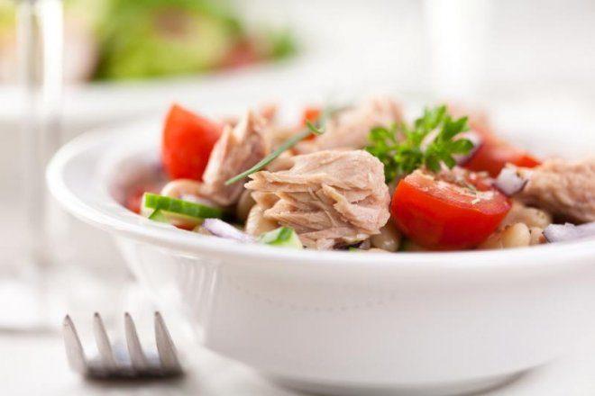 Салат с помидорами, фасолью и тунцом