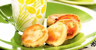 Cырники с изюмом на сковороде