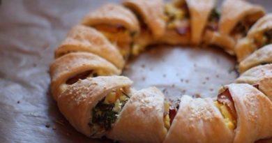 Пирог–венок с беконом, яйцами и сыром