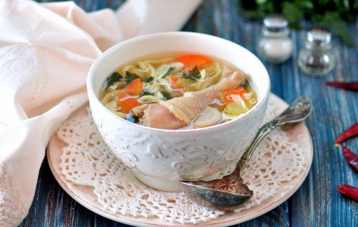 Ароматный куриный суп с лапшой