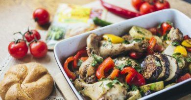 Куриные голени, запеченые с овощами травами