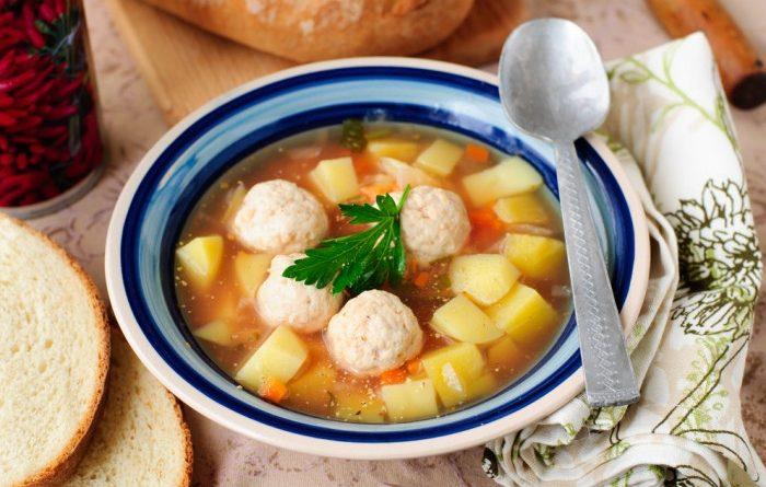 Суп с фрикадельками и томатами