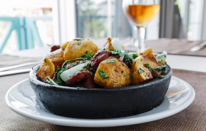 Теплый салат с картофелем, беконом и кинзой
