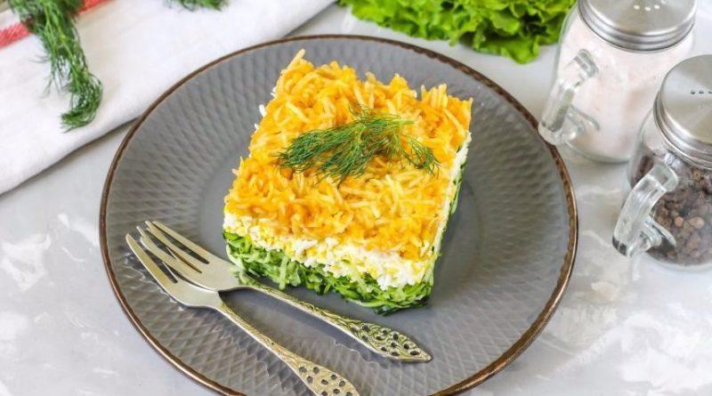 Слоеный салат с зеленым яблоком
