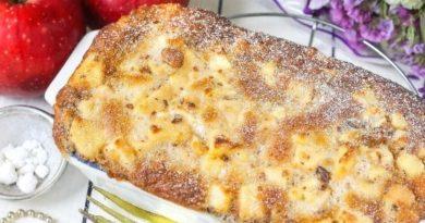 Очень яблочный пирог по вкусу похож на суфле. Он очень сочный и ароматный.